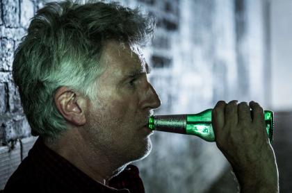 Señor tomando cerveza