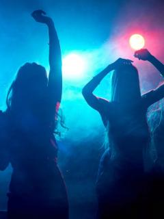 Mujeres dicen que guardias de bar donde rumbeaban las hicieron desnudar y las robaron
