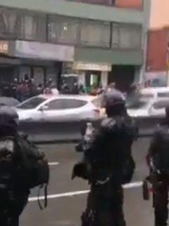 A pesar de fuertes lluvias, estudiantes de U. Distrital bloquean vías en Bogotá