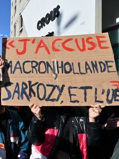 Estudiante francés que se inmoló en marcha se debate entre la vida y la muerte