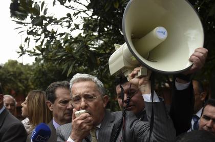 Álvaro Uribe con megáfono