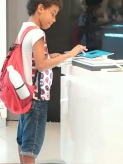 Humilde niño que hace tareas en tableta de exhibición se vuelve ejemplo de superación