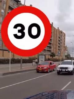 [Video] Conductores hicieron experimento con límites de velocidad y bloquearon vía