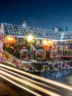 Exigen a familia que retire decoración navideña por haberla instalado demasiado pronto