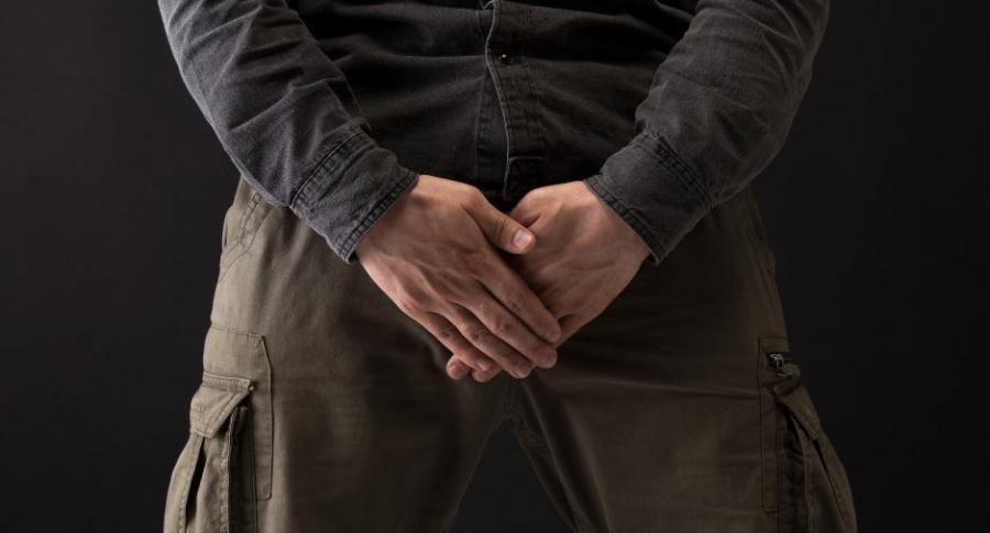 Hombre tapa sus genitales.