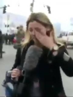 [Video] En medio de las protestas, periodista es fuertemente atacada por policia boliviana