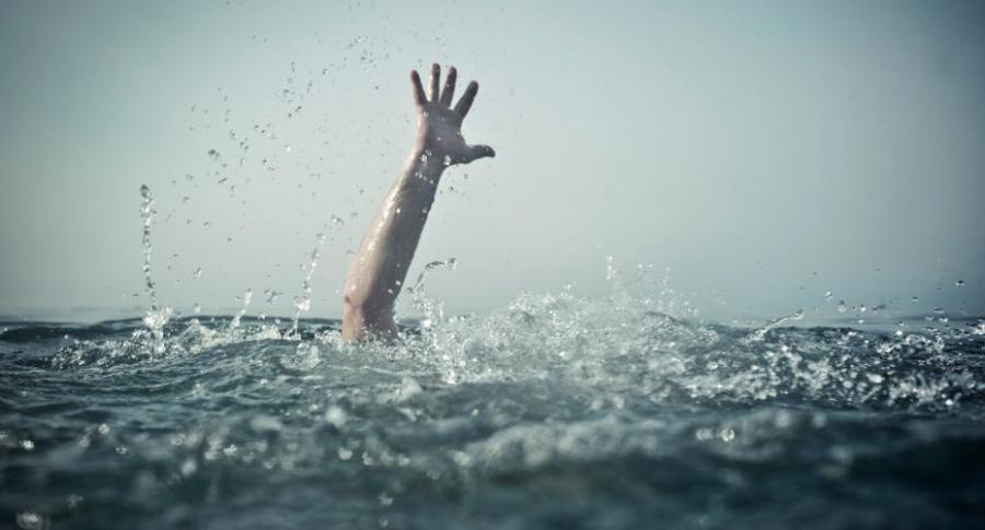 Persona ahogándose.