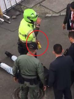 """""""¡Ayúdenme!"""": joven grita frente a Palacio y policía le responde con choque eléctrico"""