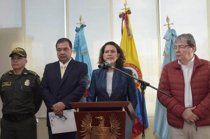 General Óscar Atehortúa, Fabio Espitia, Nancy Patricia Gutiérrez y Carlos Holmes Trujillo
