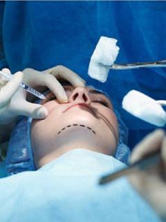Descubren a 8 médicos que practicaban cirugías estéticas con títulos falsos
