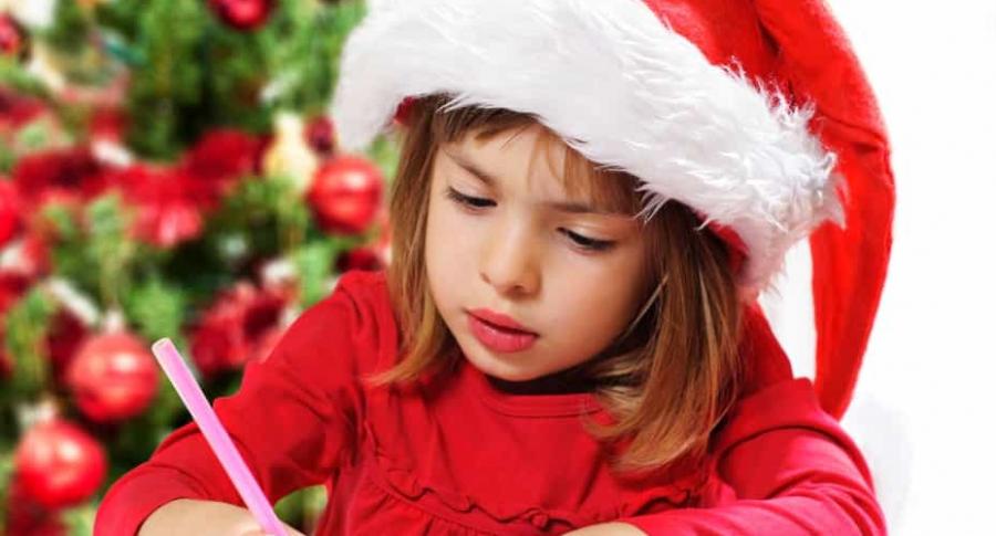 Niña escribe carta para Navidad.