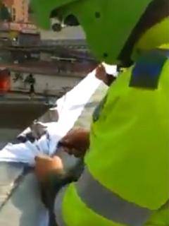 [Videos] Con navaja en mano, Policía retiró pancartas de estudiantes a favor del paro
