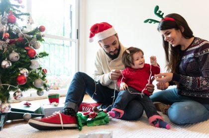 Familia decorando Navidad