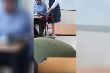 Profesor graba a alumna.