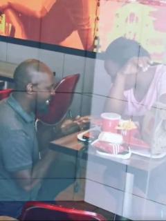 Recibió burla por pedir matrimonio en KFC, pero se hizo viral y ahora tendrá boda soñada