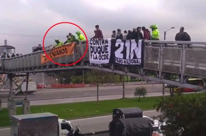 Policías retiran pancartas.