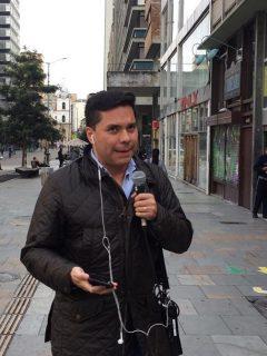 Luis Carlos Vélez se paró la mesa de La FM... a hacer reportería en la calle