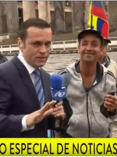 Juan D. Alvira paró (con tacto) al de la banderita que se les mete a periodistas de TV