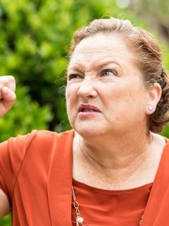 [Video] Con látigo en mano, mujer regañó a su hijo al pillarle infidelidad