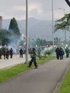 [Video] Esmad se atravesó en la marcha y un solo estallido desató el caos en Calle 26