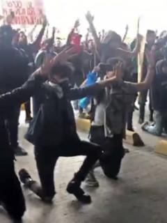 """Jóvenes se arrodillaron ante el Esmad y protestaron al unísono de """"¡sin violencia!"""""""