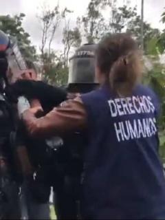 [Video] Fuerte choque entre Esmad y defensores de DD. HH. por detención de manifestante