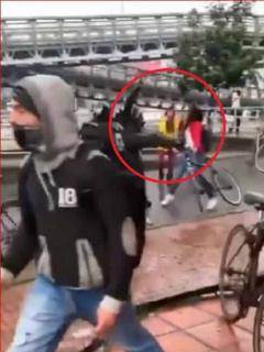 [Video] La brutal patada que agente del Esmad le propinó a mujer en el rostro