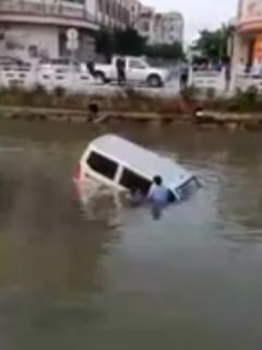 [Video] Novato conductor cayó a un río al confundir el acelerador con el freno