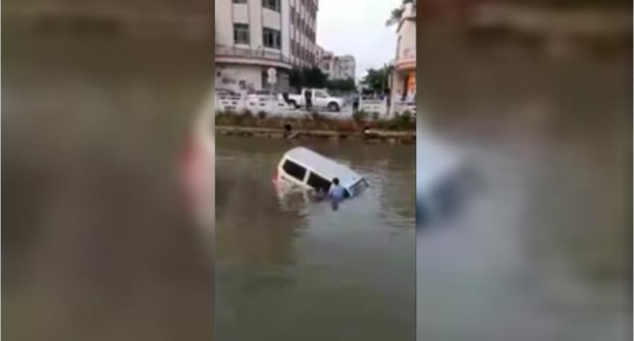 Conductor termina en un río.