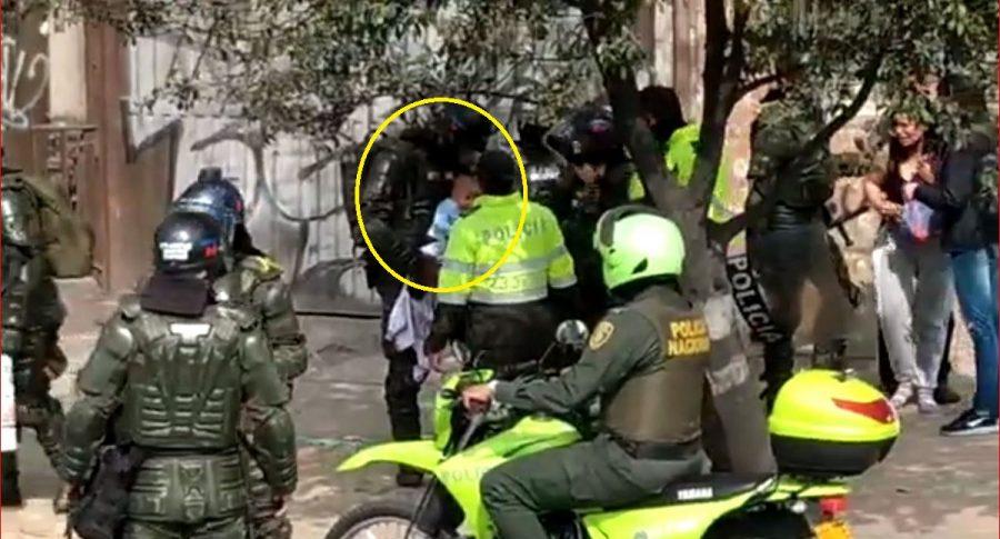 Policías que socorren a un bebé