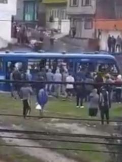 """""""Lo van a mandar contra la tanqueta"""": caos en Bogotá por vándalos que robaron un SITP"""