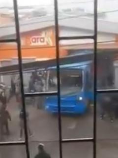 Vándalos usaron el SITP robado para meterse y saquear una tienda de ARA, en Bogotá