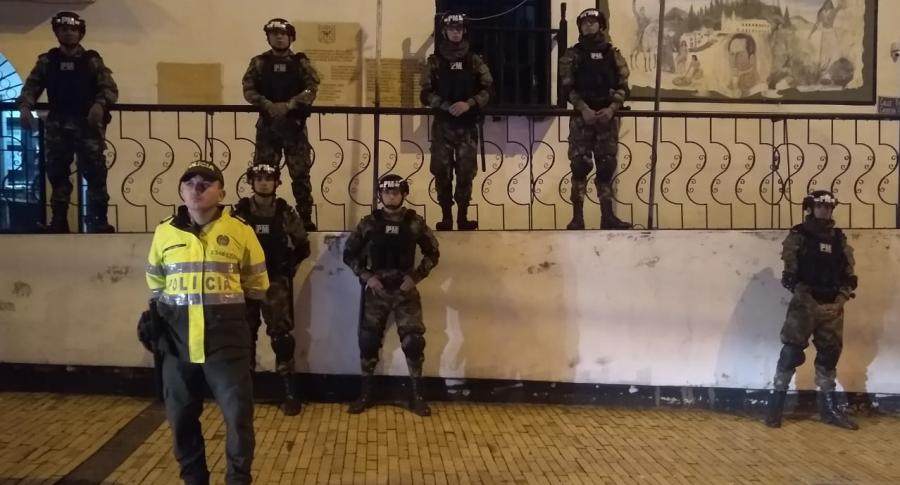 Policías y  ilitares en Suba durante toque de queda