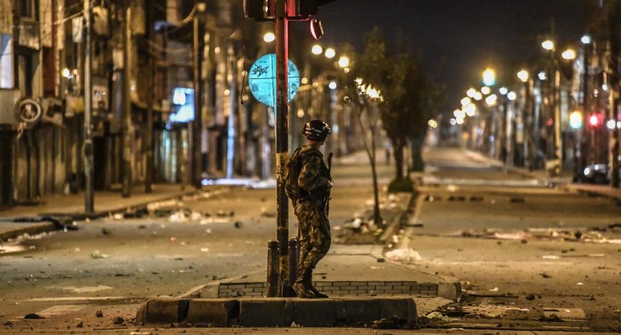 Soldado patrulla la ciudad