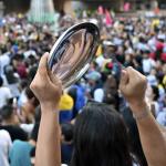 Manifestante con cacerola