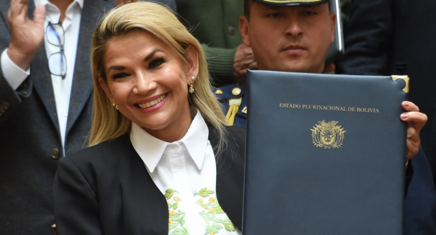 Presidenta interina de Bolivia, Jeanine Ánez, presenta la nueva ley