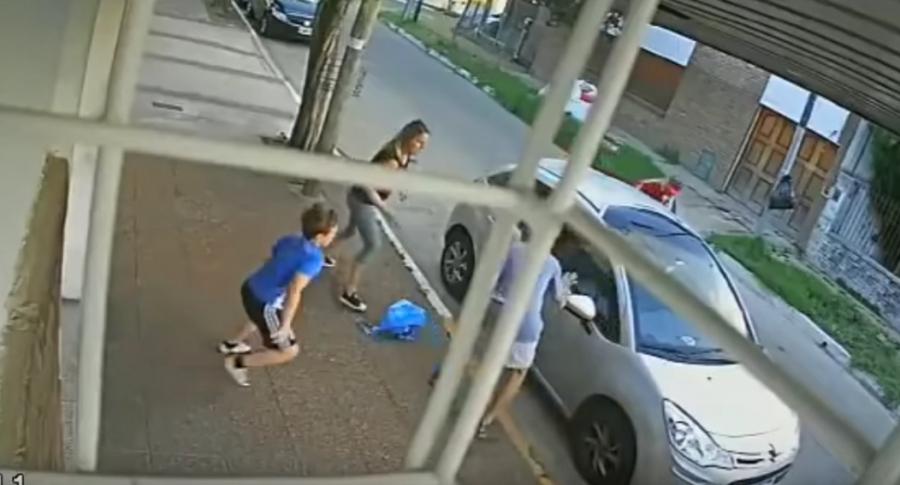 Niño enfrenta a 3 ladrones.