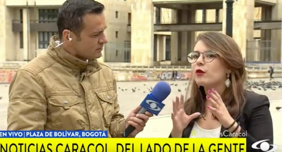 Juan Diego Alvira entrevista a líder estudiantil.