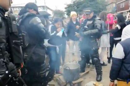 Chocolatada con agentes del Esmad en Bogotá