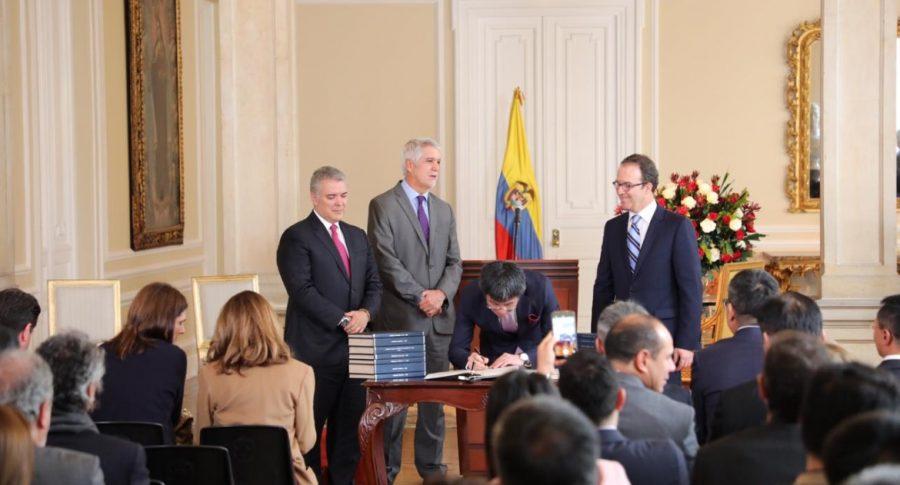Firma del contrato del Metro.