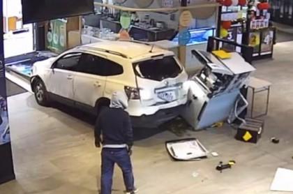 Ladrones intentan robar cajero automático.