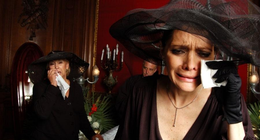 Mujer llora en funeral.