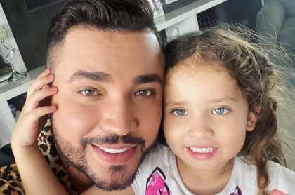 Jessi Uribe, cantante, con su hija Sara.