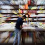 Persona en librería
