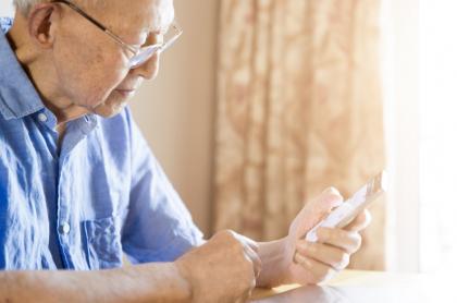 Abuelo con un celular.