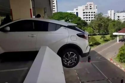 Conductora casi cae al vacío.