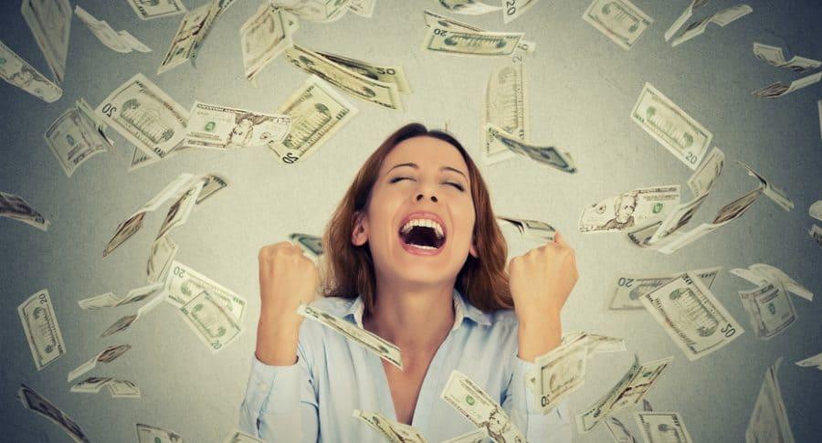 Mujer con lluvia de billetes.