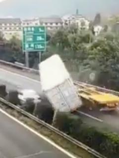 [Video] Se salvó de milagro y por centímetros de ser aplastado por contenedor de un camión