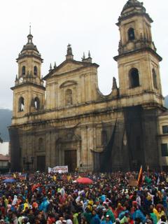 Esta sorpresa se llevaron manifestantes en la Plaza de Bolívar durante la izada de bandera