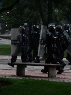 Así le tocó guardarse al Esmad en la Plaza de Bolívar durante protestas de este miércoles
